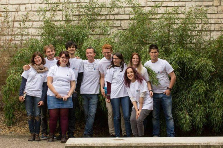 Une photo des bénévoles de l'association Handisup devant l'Université de Poitiers