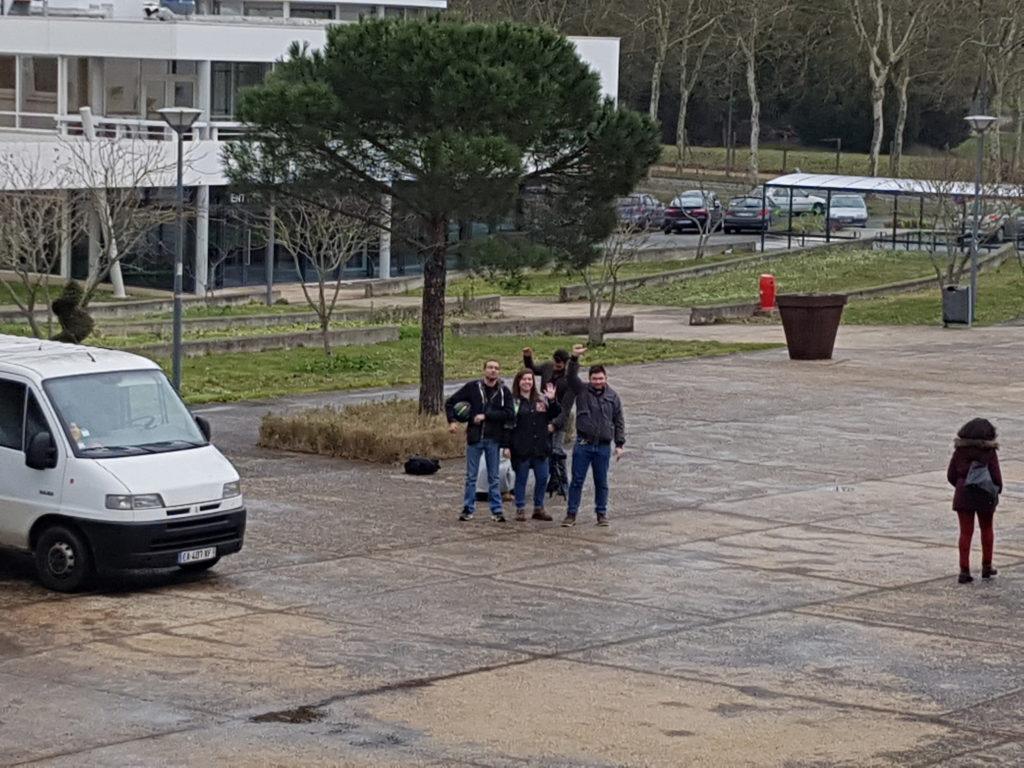 Mathieu, Chloé et Henri (services civiques et membre d'HandiSup) devant la Maison des Étudiants avant le début du tournage.